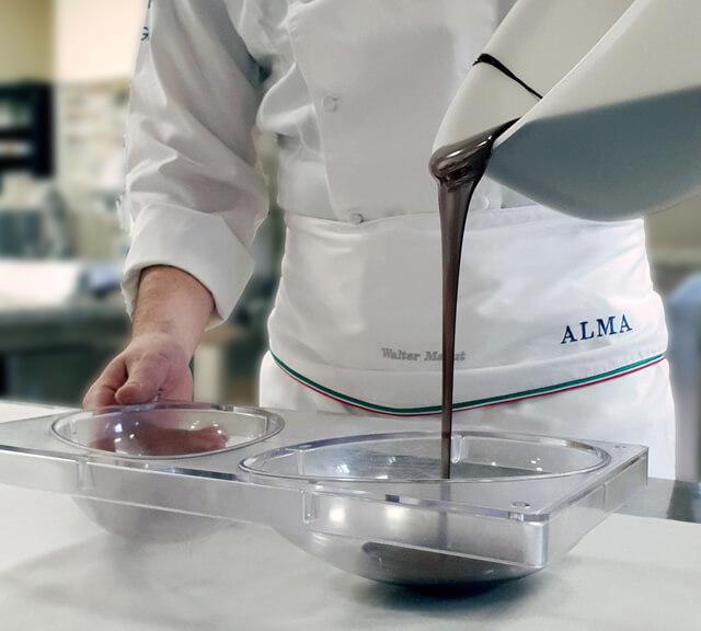 Versare il cioccolato nello stampo